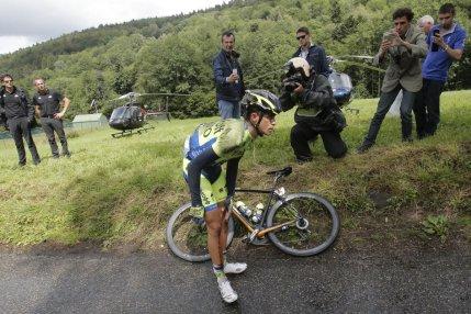 Mas de cinco minutos duró al borde del camino, Alberto Contador, antes de volverse a subir a la bicicleta.