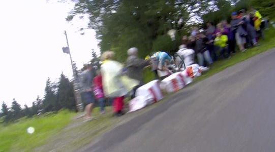 Scarponi, gregario de Nibali se cae en el último descenso del día.