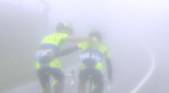 Rogers trata de consolar a Contador, segundos antes del abandono de su líder.
