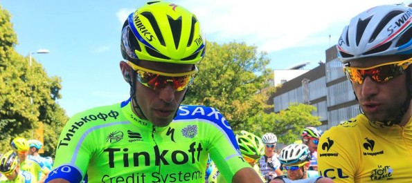 Alberto Contador conversa con Vincenzo Nibali, antes de la sexta etapa del Tour.