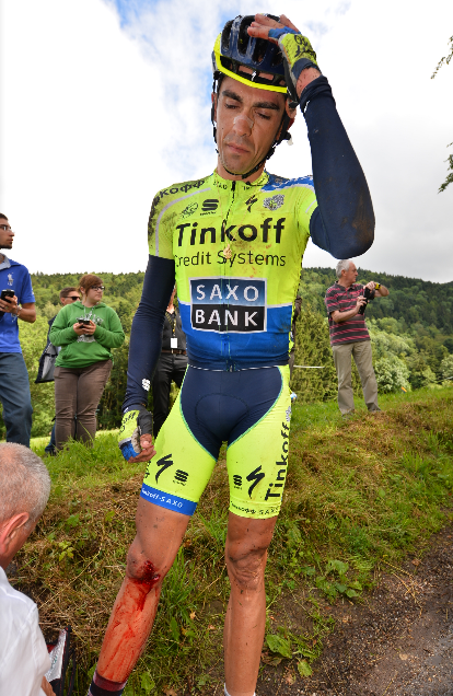 Alberto Contador es atendido, tras la caída que terminó por significar su abandono.