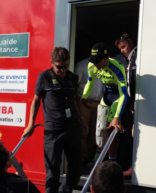 Así abandonaba Contador el vehículo medicalizado en La Planche.