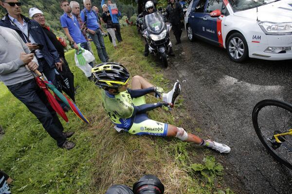 Alberto Contador tuvo tantos problemas con la caída que hasta debió cambiar de zapatillas.