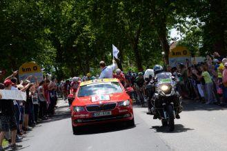 El vehículo de la dirección del Tour da la partida, en el final del sector neutralizado de la décima etapa.
