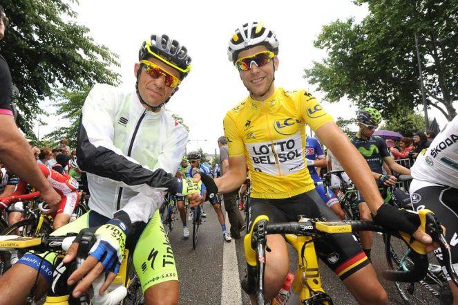 """Tony Gallopin, feliz de ser el líder en el """"Día de la Bastilla"""". En la foto con el siniestrado Alberto Contador."""