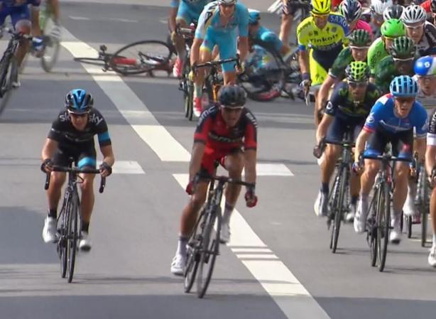 Porte, Valverde y Van Avermaet sobreviviendo a la penúltima caída de la jornada.