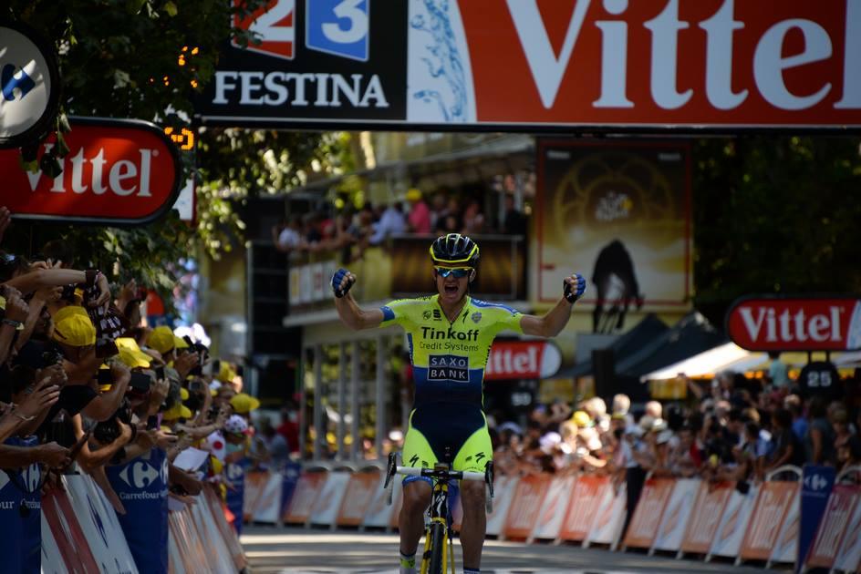 Michael Rogers cruza primero la meta en Bagnères de Luchon.
