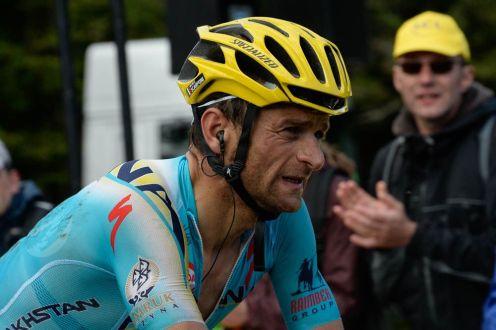 Michele Scarponi se cayó fuertemente en el último descenso del día, pero le alcanzó para volver al grupo y ayudar a su jefe en el ascenso final.