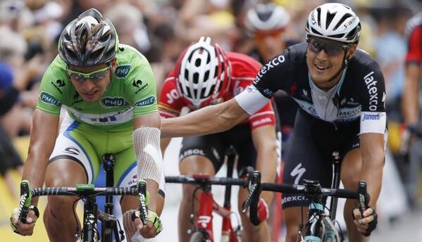 Matteo Trentin felicitó a Sagan al cruzar la meta en Nancy.
