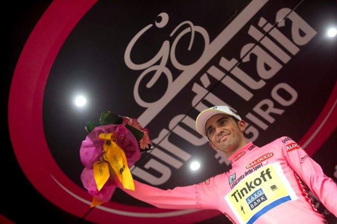 Contador pudo conservar la Maglia Rosa, pasando por encima del dolor que lo aquejó durante la jornada.