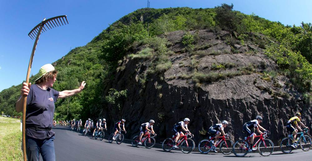 El pelotón en el camino entre Tirano y Lugano.  Etapa 17 Giro d' Italia 2015.
