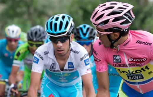 Contador, que rueda con una vendaje que no lo deja correr cómodo, vigila siempre a Aru.