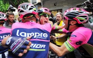 El italiano Diego Ulissi, al centro, celebra su triunfo en la séptima etapa del Giro d'Italia 2015.