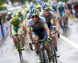 Esteban Chaves tuvo su turno al frente del pelotón, halando de todo el Orica, bajo la lluvia.