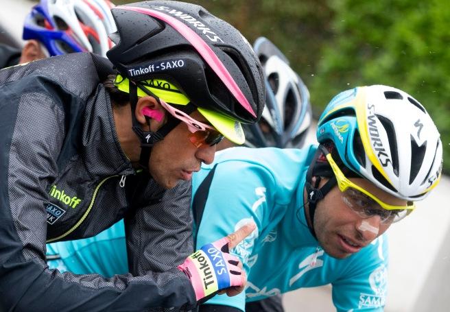 Contador hablando con Aru, al comienzo de una etapa trece que cambiaría la historia.