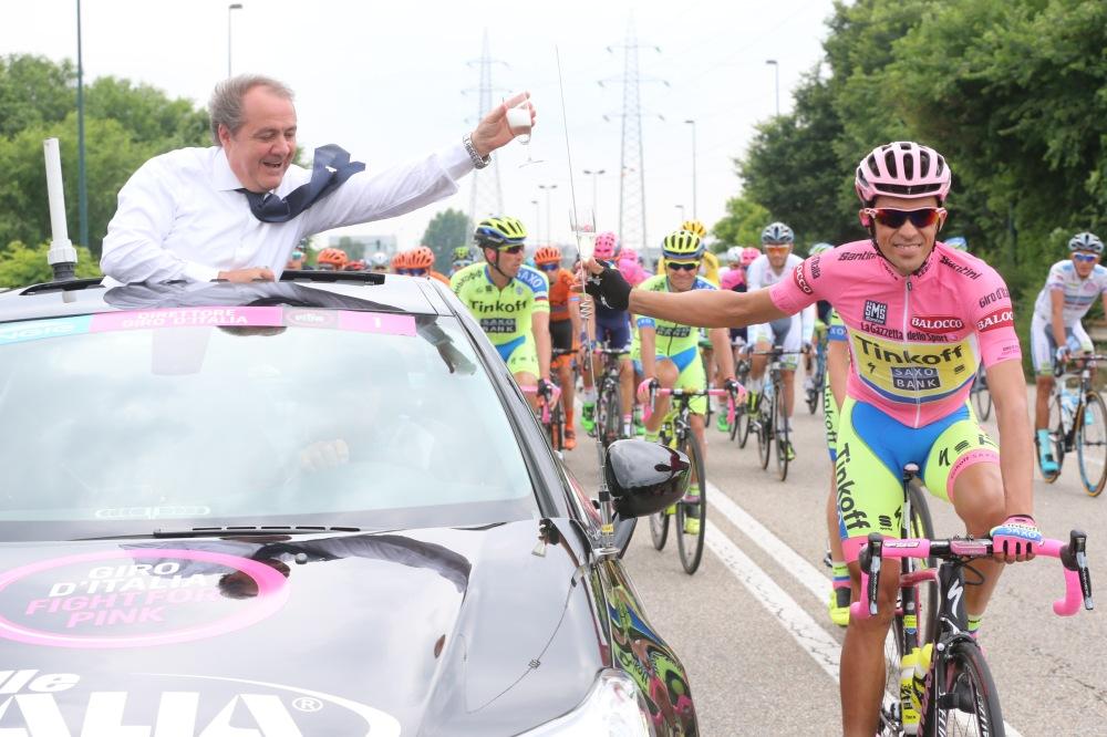 Contador, como ya es tradicional, se dio un paseo de la victoria en la última etapa.