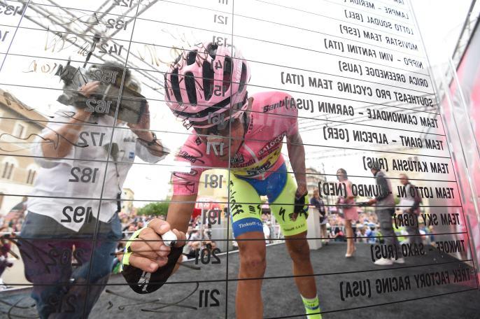 Un día más para Contador en la Maglia Rosa. Un día más sobrellevando un hombro dislocado.