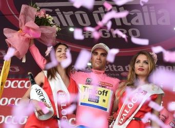 En el meridiano de la carrera, Contador sigue vestido de rosa.