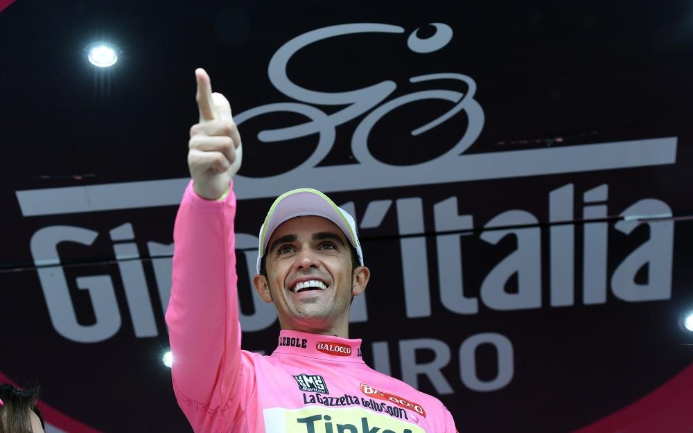 Contador, ahora confiado, se dejó llevar por la alegría en el podio.