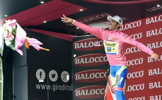 Contador subió un día más como dueño de la Maglia Rosa.