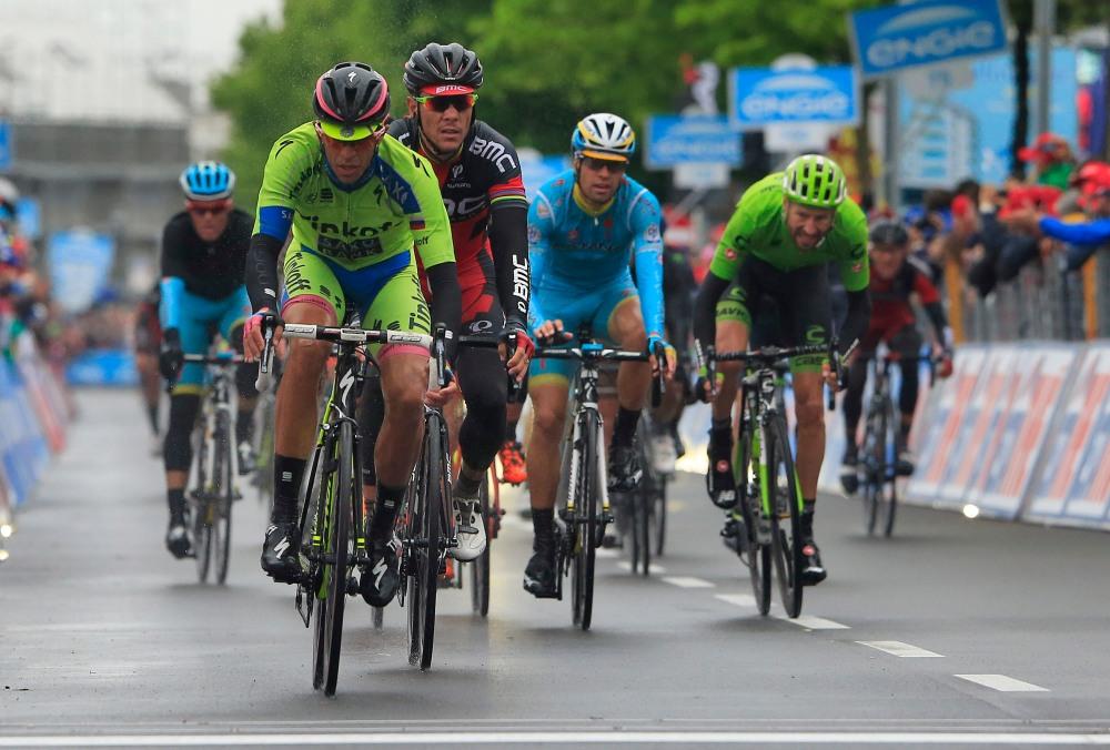 Contador, con la Maglia Rosa cubierta por el chubasquero, entró a meta cediendo su liderato.