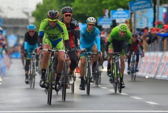 Contador entró con retraso, frente a Aru, y debió ceder la Maglia Rosa.