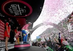 Una celebración más, vestido de rosa, para Alberto Contador.