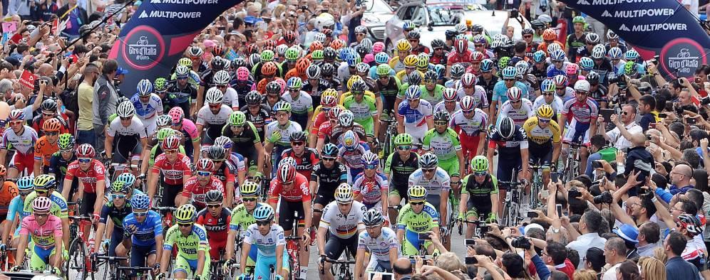La caravana multicolor del Giro 2015.