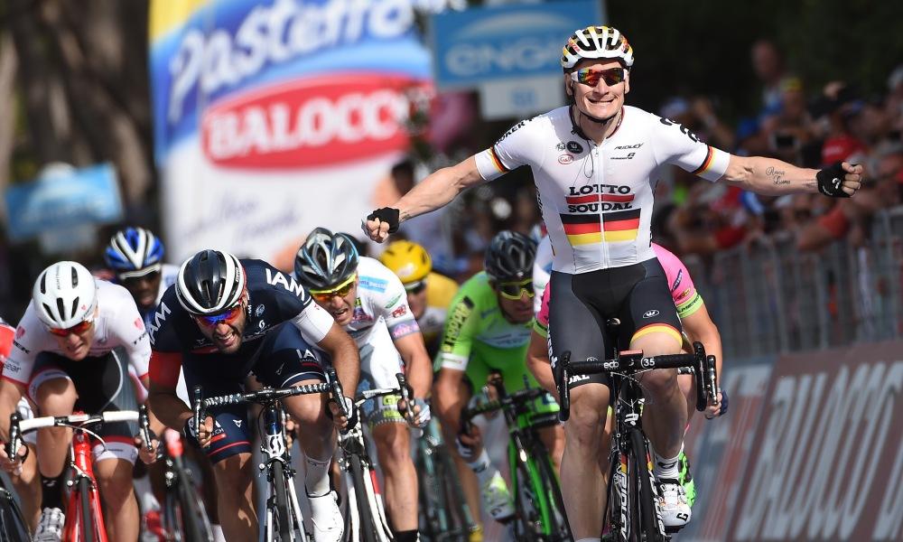 Andre Greipel, del Lotto Soudal, se alzó con la victoria en Castiglione della Pescaia.