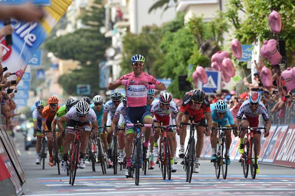 Michael Matthews se queda con la tercera fracción del Giro 2015.