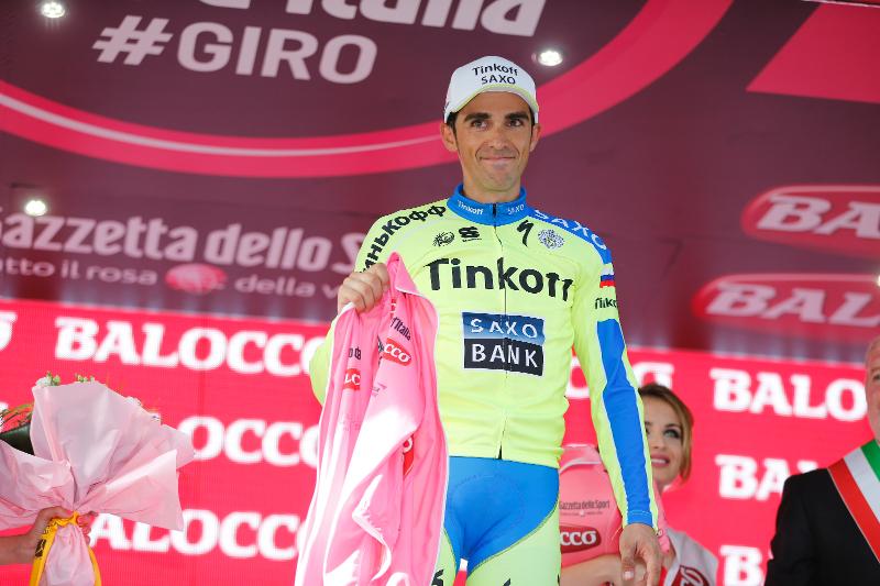 Alberto Contador no pudo lucir la Maglia Rosa que lo identifica como líder de la General, tras la aparatosa caída en el final de la etapa 6.