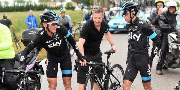 Richie Porte esperó demasiado para tomar prestada una bicicleta, y cedió tiempo valioso.