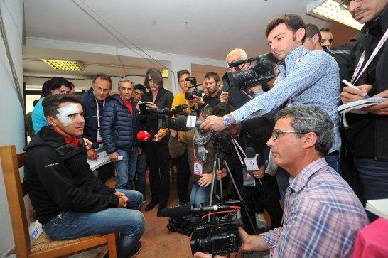 La sala de prensa recibió la visita de Domenico Pozzovivo, luego de su terrorífica caída.
