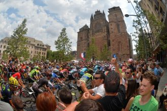 El pelotón rodando por las calles de Rodez.