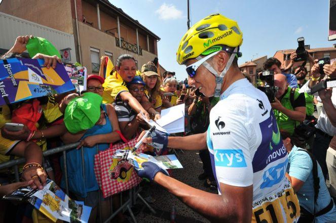 Nairo Quintana da algunos autógrafos antes del comienzo de la jornada.