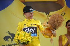 Chris Froome recibiendo un día mas la camisa amarilla que lo coloca como el líder de la carrera.