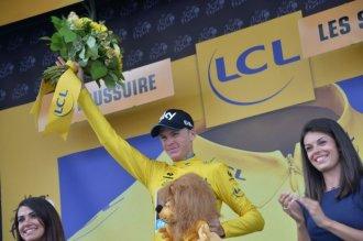 Chris Froome no puede ocultar su felicidad de vestir de amarillo.