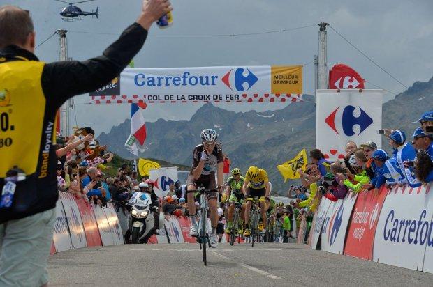 Romain Bardet sumó los puntos para llevarse la camisa de pepas en Croix de Fer.