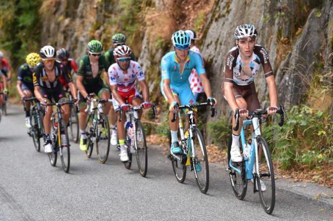 "Romain Bardet, Jakob Fuglsang, ""Purito"" Rodriguez, Winner Anacona, entre otros, haciendo parte de la numerosa fuga."