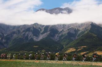 El lote cruzando los bellos paisajes cercanos a los Alpes.