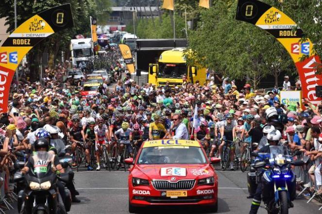 El lote en el comienzo de la jornada #14 del Tour de France 2015.
