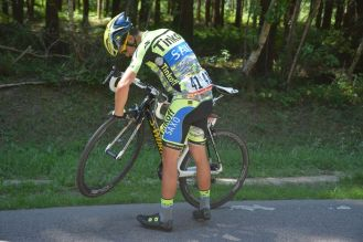Alberto Contador comprobando su bicicleta, luego de la caída en la zona neutral al comienzo de la jornada.