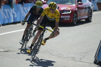 Froome, seguido de cerca por Alejandro Valverde, se enfrenta a la última curva del día.