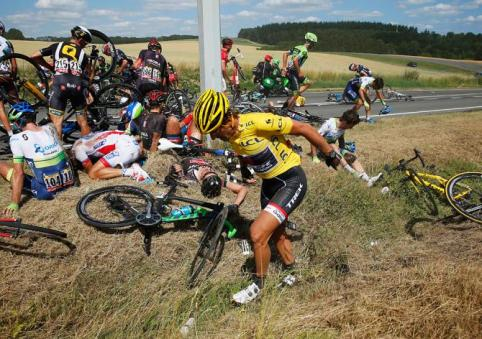 """Fabian """"Spartacus"""" Cancellara, pudo ponerse en pie tras caer, pero se evidenciaba su malestar."""
