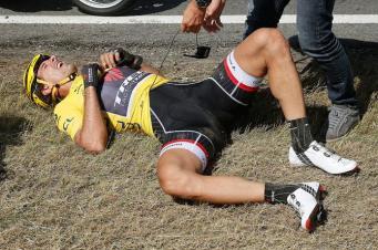 Cancellara visiblemente afectado, tras una caída a alta velocidad en el Tour 2015.