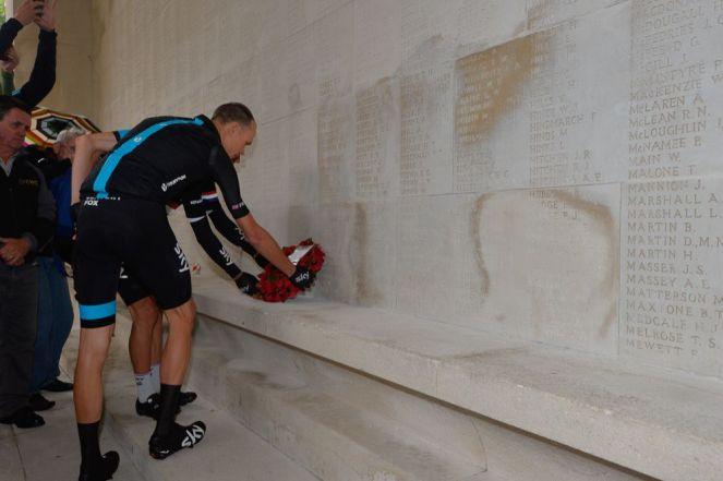 Chris Froome antes de partir, dejó una ofrenda floral en el Museo de la Mancomunidad del Cementerio Franco-Británico de Arras.