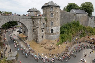 El pelotón atravesando la citadella de Namur.