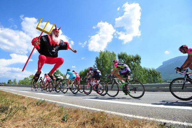 """Uno de los mas fieles aficionados del Tour de France: """"El Diablo""""."""