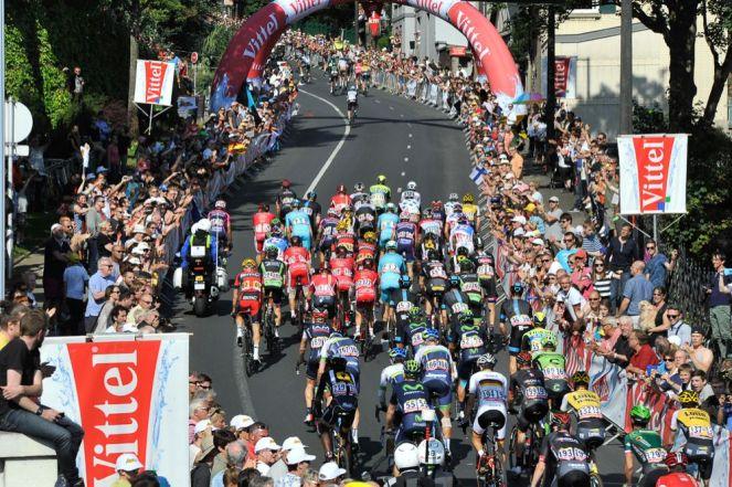 El lote a metros de cruzar la Flamme Rouge que marcaba el último kilómetro a meta.