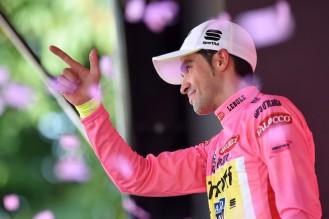 """""""El Pistolero"""" sube un día mas al podio vistiendo la maglia rosa. (foto: ©Tim De Waele)"""
